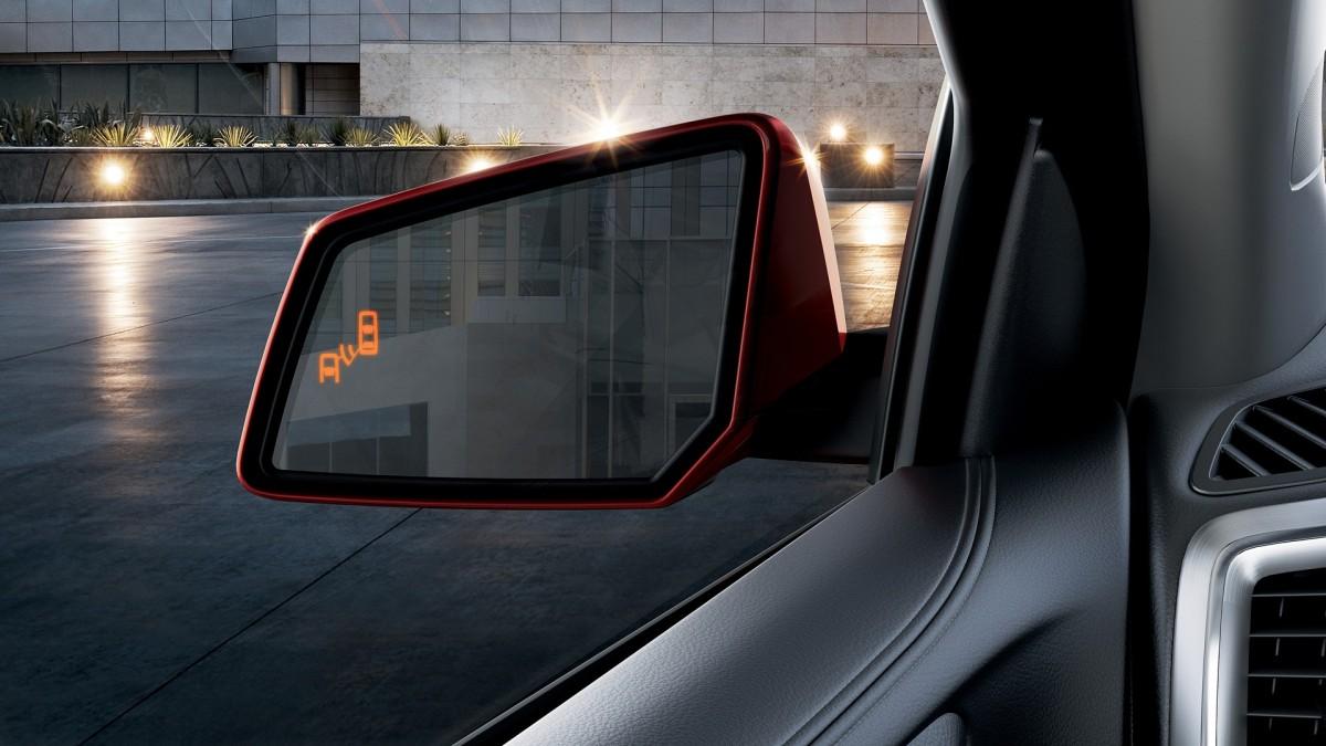 2016 GMC Acadia side blind zone alert © General Motors