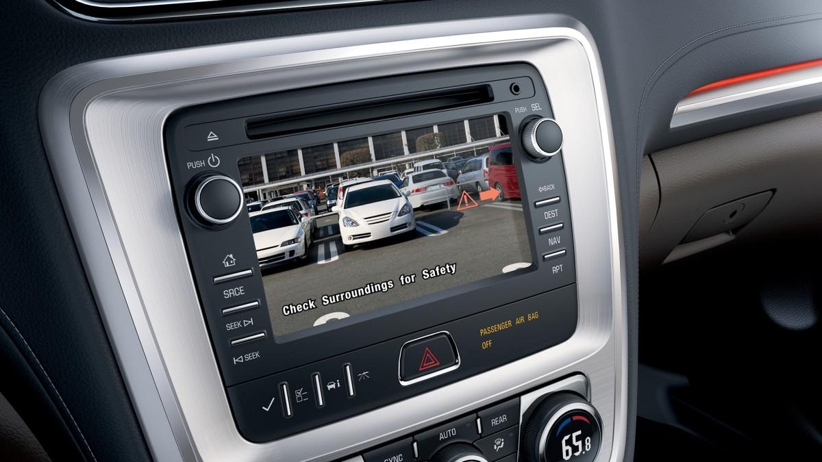 2016 GMC Acadia Interior rearview camera © General Motors