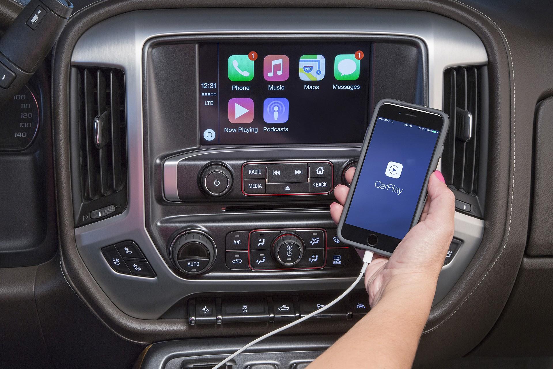 2016 GMC Sierra Apple CarPlay © General Motors