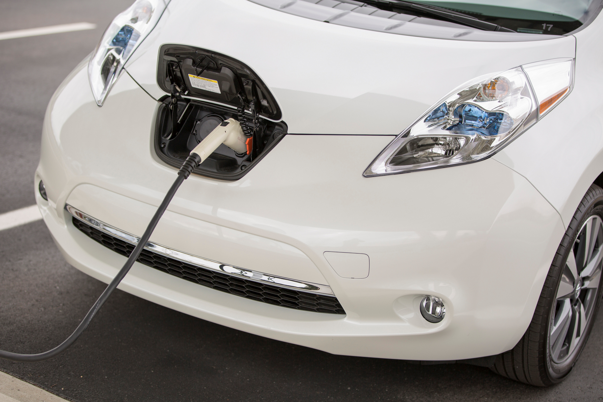 does the nissan leaf use gas