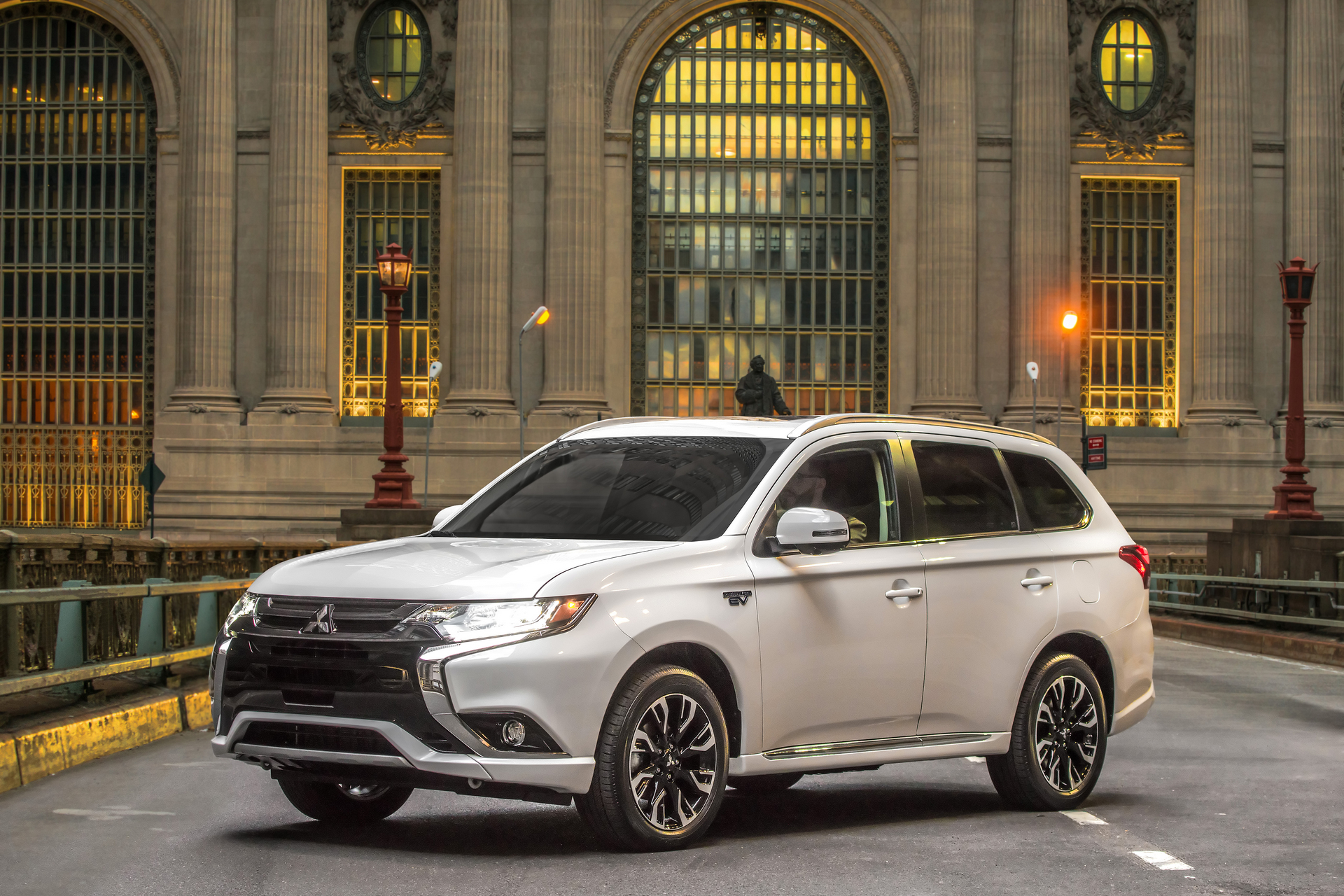 phev outlander mitsubishi row midsize seating 3rd carrrs auto suvs suv