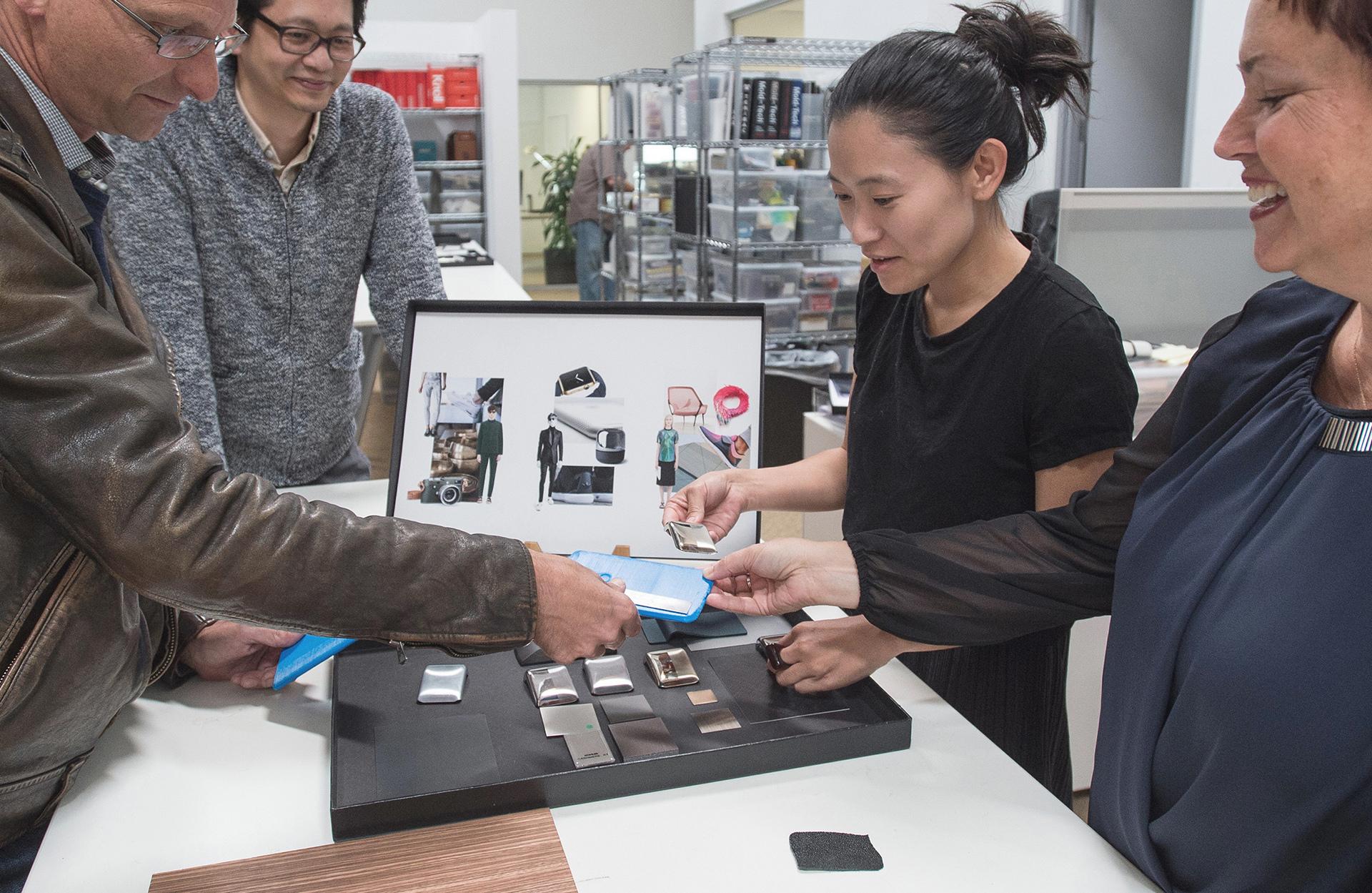 Designworks team working on the new AXON 7 smart phone © BMW AG