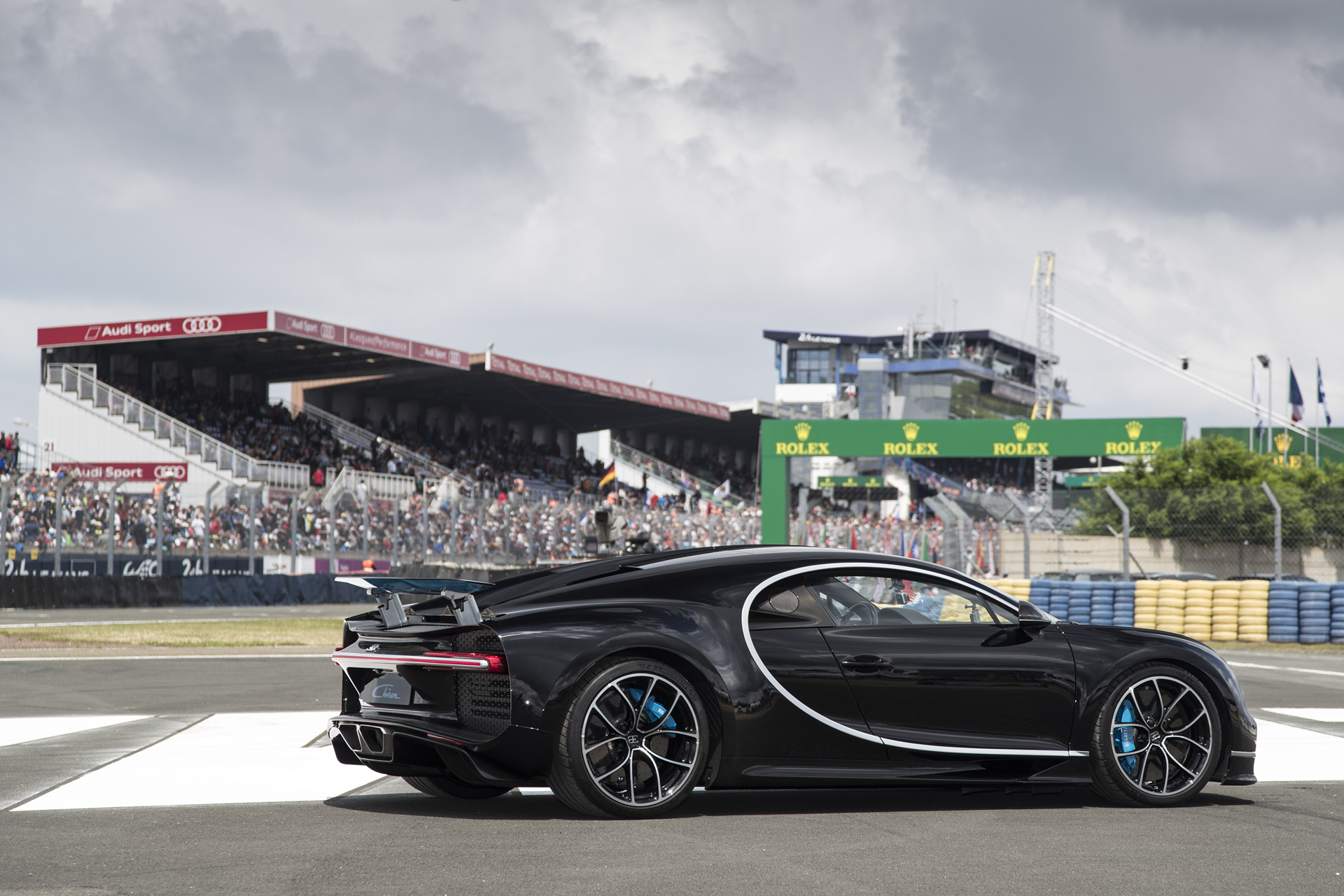 bugatti chiron celebrates its debut in france at le mans carrrs auto portal. Black Bedroom Furniture Sets. Home Design Ideas