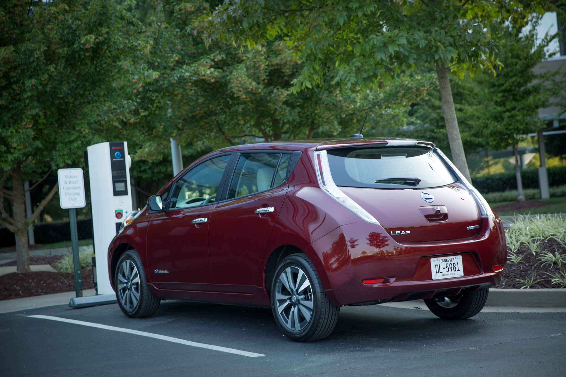 how much does a nissan leaf cost