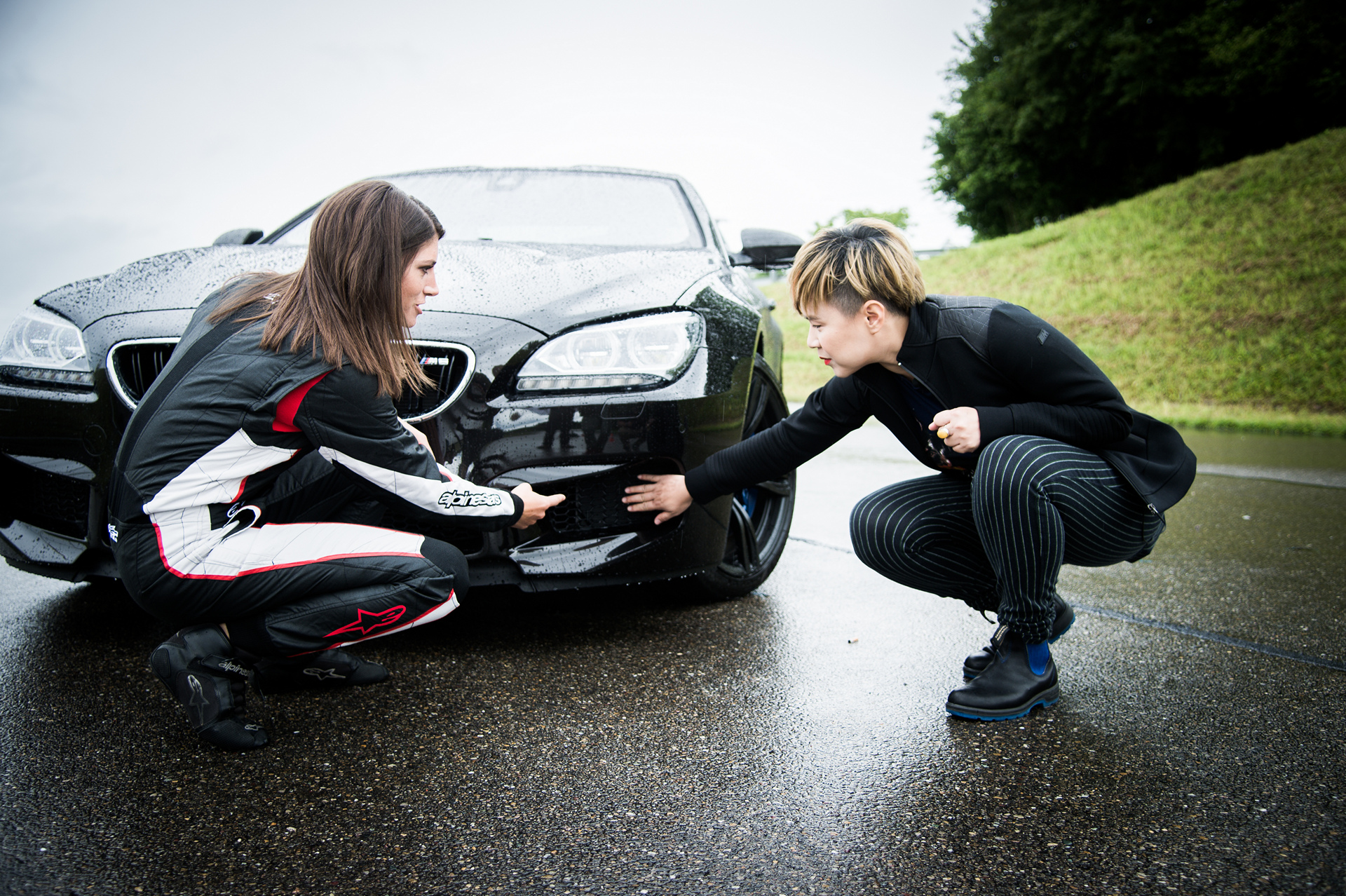 Cao Fei and racecar driver Cyndie Allemann at the TCS Trainingsgelände in Hinwil © BMW AG