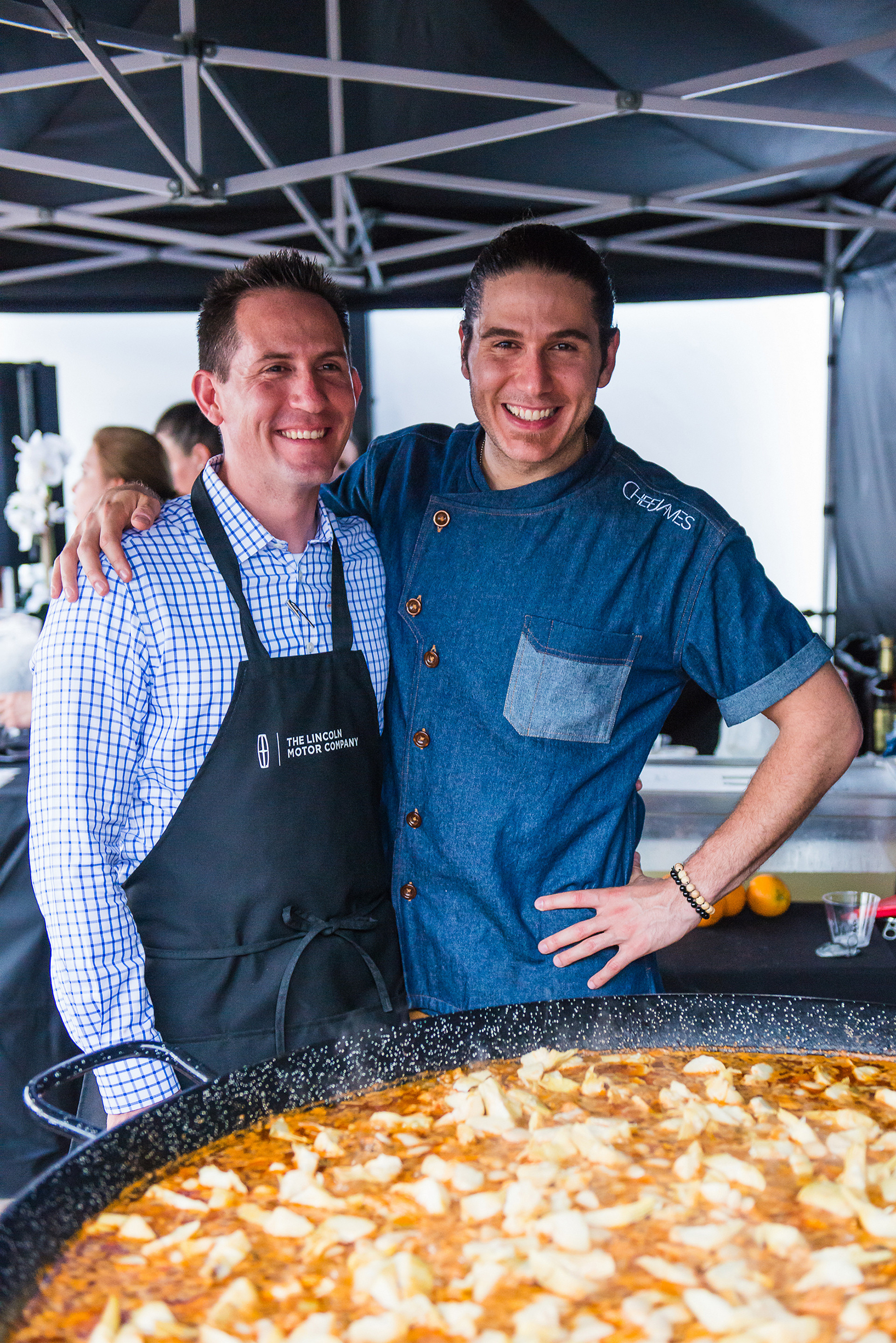 Eric Turner, Lincoln Continental Brand Manager, giving celebrity chef James Tahhan a hand with the paella © Ford Motor Company
