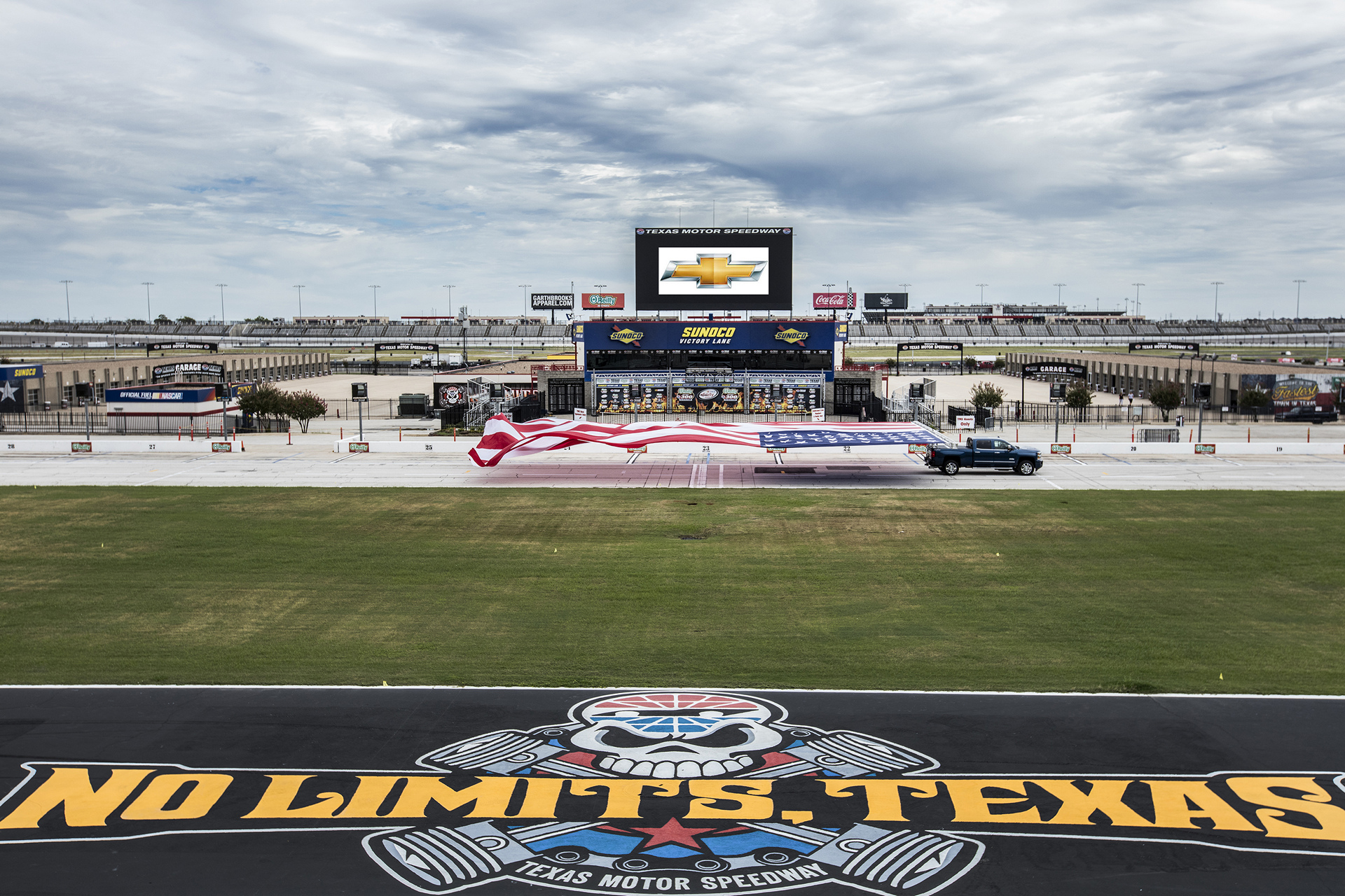 Chevrolet Sets GUINNESS WORLD RECORDS™ Title With 2017 Silverado HD © General Motors